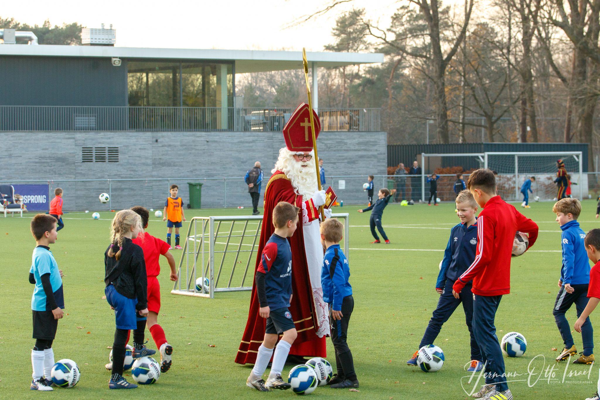Sinterklaas en Pieten verrassen TSC jeugdleden